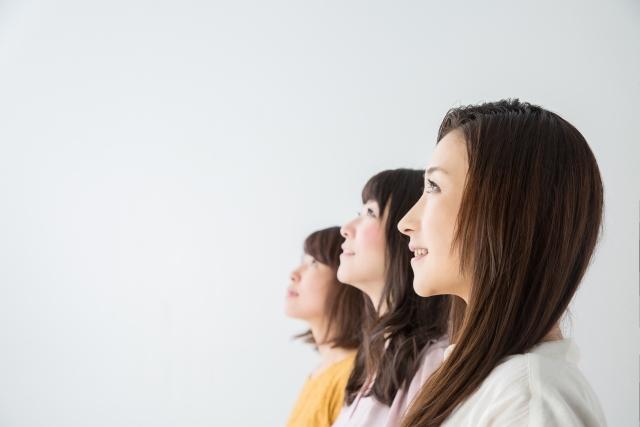 3人の女性が左側を向いている画像